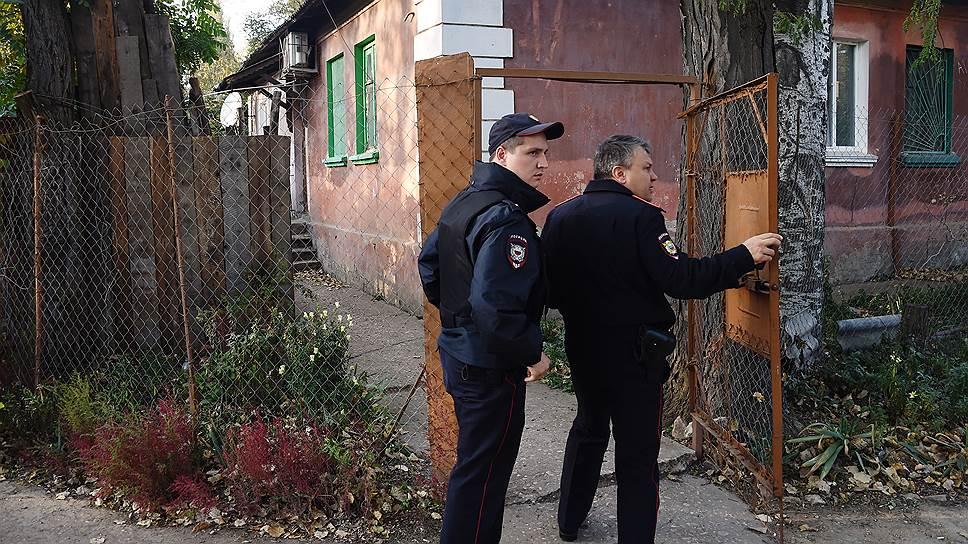 Сотрудики правоохранительных органов у дома, где жил Владислав Росляков, совершивший нападение на учащихся и преподавателей Керченского технологического колледжа