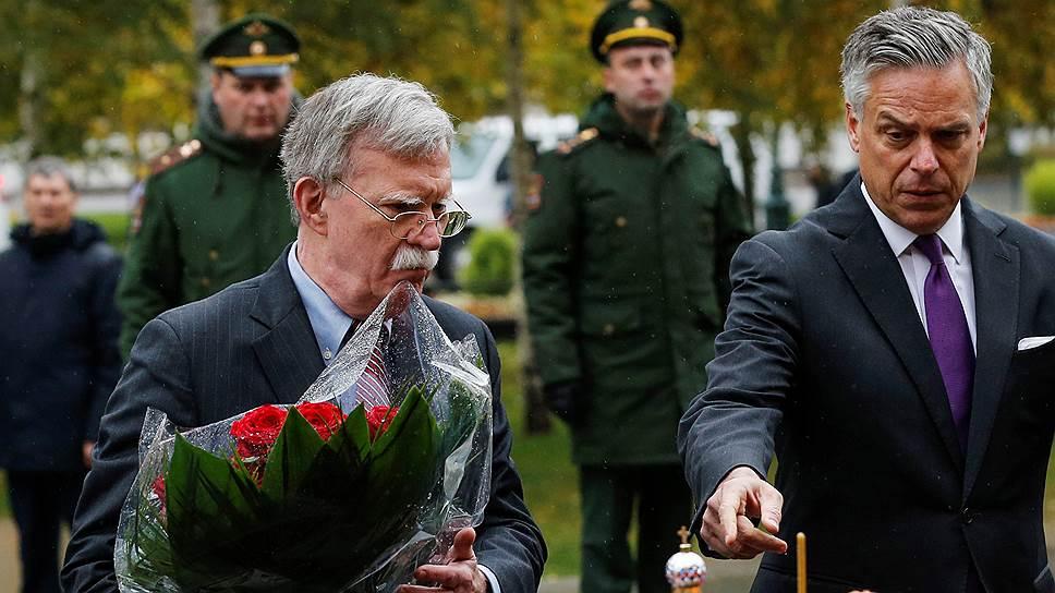Советник президента США по национальной безопасности Джон Болтон (слева) и посол США в России Джон Хантсман