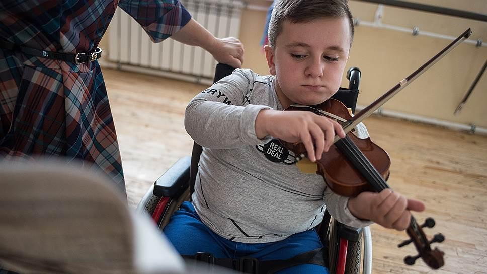 Несмотря на перенесенные мучения, Никита радуется жизни, играет на скрипке и подражает Карлсону, который живет на крыше