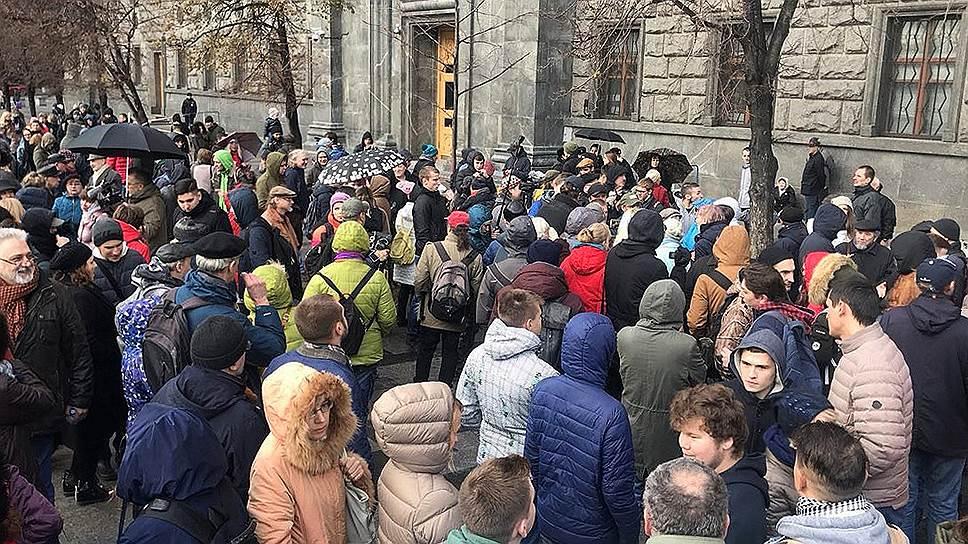 Народный сход на Лубянке прошел мирно, но выйти на Тверскую активистам уже не дали