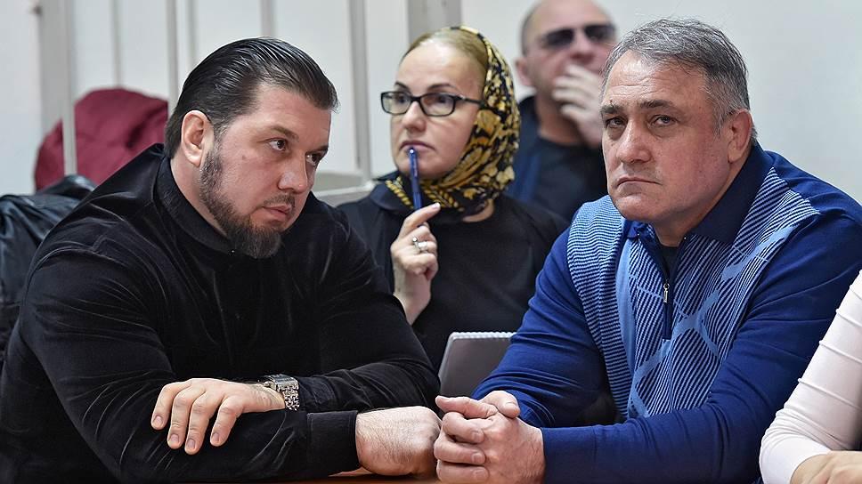 Суд снял с Саида Ахмаева (справа) и Лечи Болатбаева (слева) обвинение в вымогательстве и освободил их от наказания за самоуправство