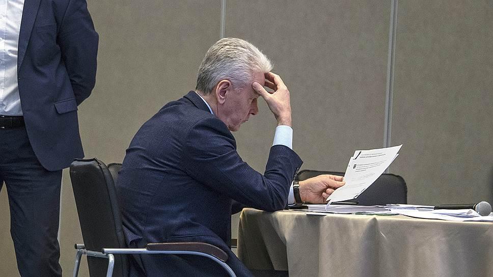 Мэр Москвы Сергей Собянин готовился к своему докладу на президиуме Госсовета и за десять минут до его начала (на снимке), и за месяц