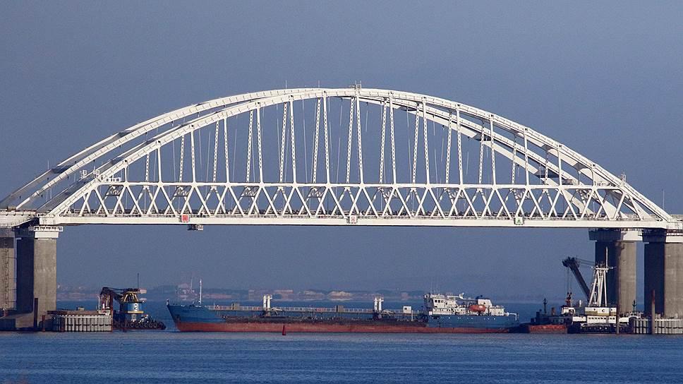 Чтобы воспрепятствовать проходу через Керченский пролив украинских военных кораблей, Россия перекрыла его гражданским сухогрузом