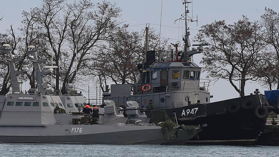 В результате воскресного инцидента ВМС Украины лишились трех единиц техники из 40. На фото: малый бронированный артиллерийский катер «Никополь» и рейдовый буксир «Яны Капу» в порту Керчи