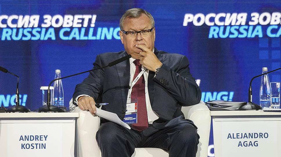 Президент ВТБ Андрей Костин из такого кресла уходит встречать Владимира Путина раз в год последние десять лет подряд