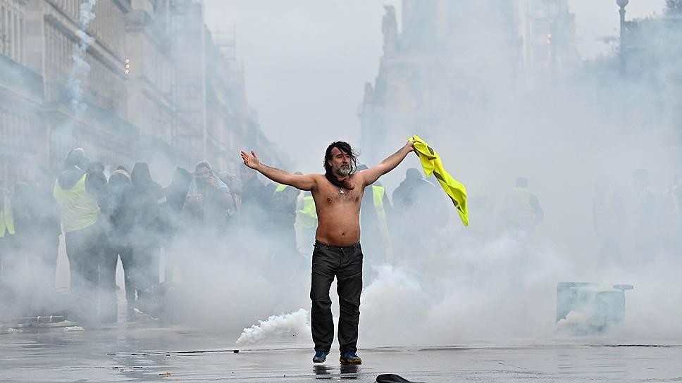 Беспорядки в центре Парижа продолжались весь день. Ничего подобного здесь не происходило со времен студенческих волнений 1968 года