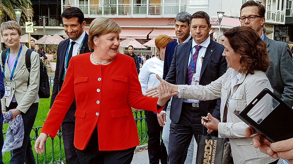 По окончании саммита Ангела Меркель, живущая в одном отеле с Владимиром Путиным, неожиданно вышла прогуляться до кладбища, на пути ей встретилось много очень живых людей