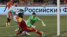Начав матч с лидером чемпионата России — «Зенитом» — голом Эванса Кангвы (в красной форме), «Арсенал» смог довести его до неожиданной победы