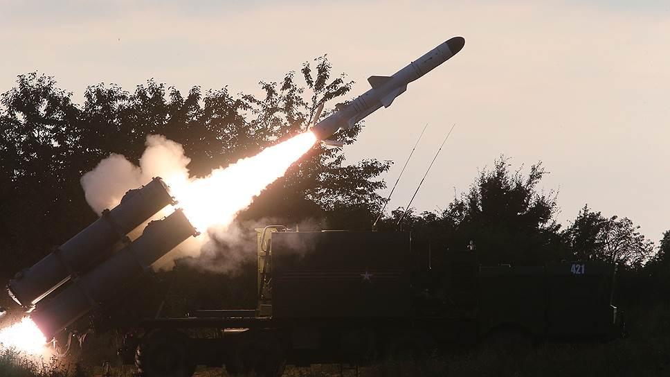 Запуск противокорабельной крылатой ракеты береговым ракетным комплексом «Бал»