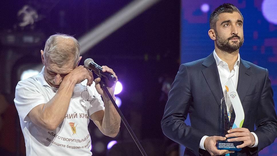 Лауреат премии Сергей Фокин и вручавший ее Александр Самедов не скрывали эмоций