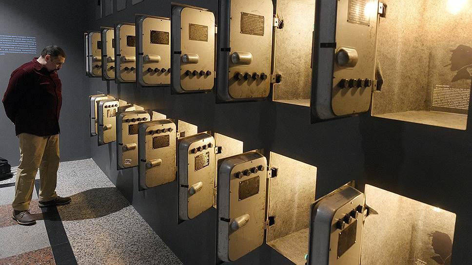 Среди самых эффектных разделов выставки — камера хранения, где спрятаны железнодорожные истории известных людей