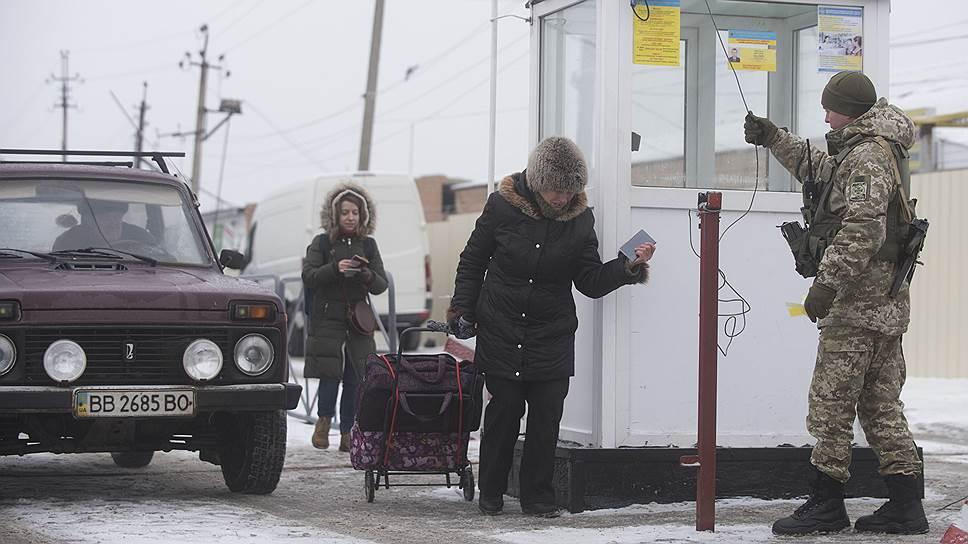 Через украинскую границу до сих пор открыта дорога женщинам и детям, а мужчинам-россиянам пройти почти невозможно