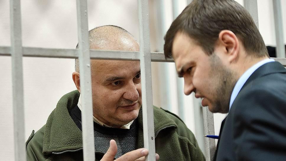Петру Чихуну (за решеткой) грозит пять лет и шесть месяцев заключения — этот срок он уже практически отбыл, находясь в СИЗО под следствием и судом