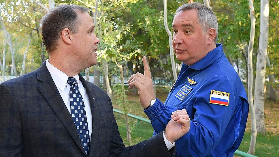 Глава NASA Джим Брайденстайн (слева), аннулировавший приглашение в США Дмитрию Рогозину, пока не прислал «Роскосмосу» официального отказа