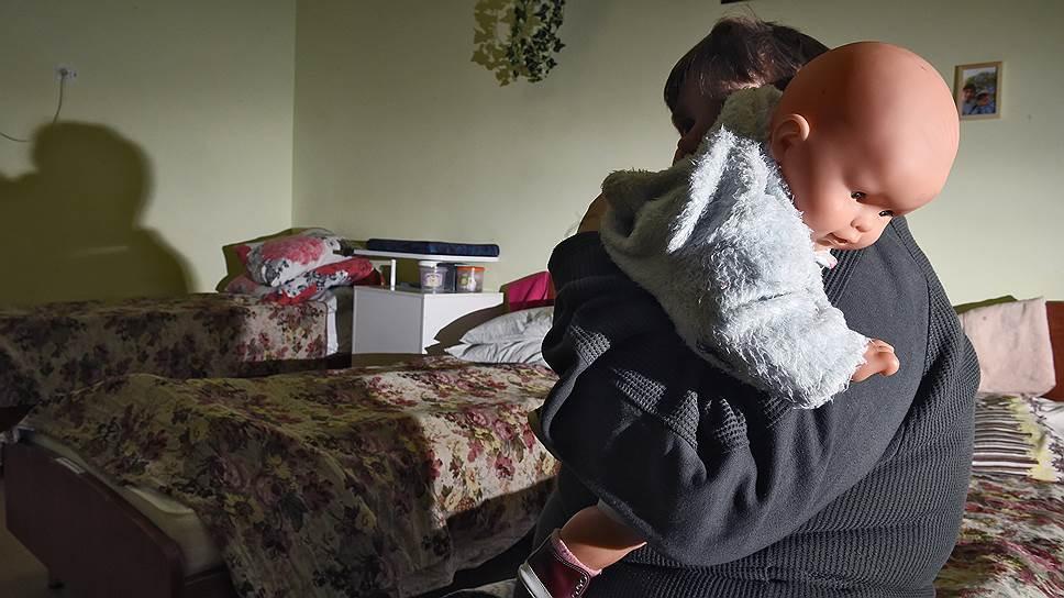 Зачем Минпросвещения ужесточает правила усыновления и опеки