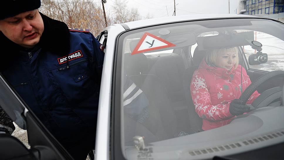 По новым правилам вместе с экзаменующимся в машине может находиться только автоинспектор