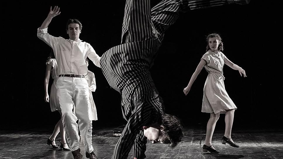 Нехитрая акробатика иногда описывает коллизии «Ста лет одиночества» куда лучше слов