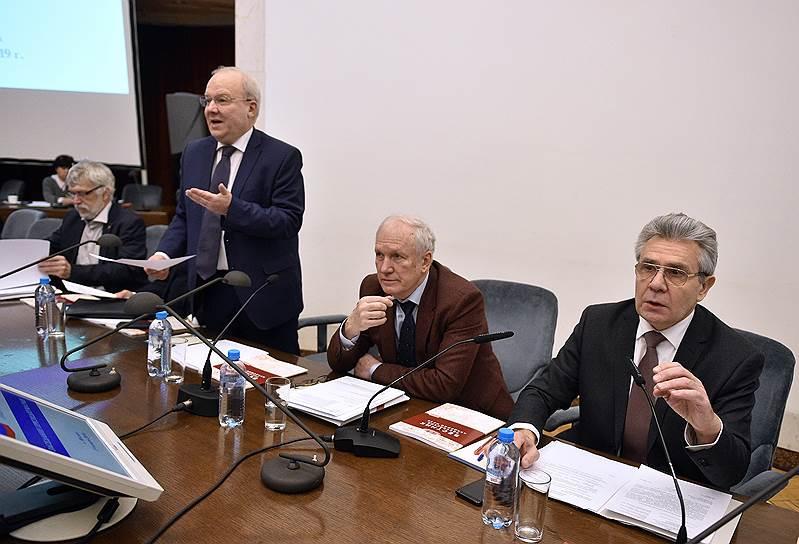 Вице-президент РАН Алексей Хохлов (в центре)