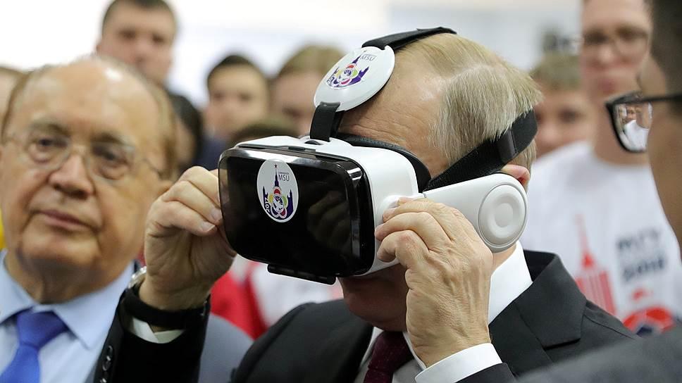 В очках, созданных студентами физфака МГУ, Владимиру Путину открывалась новая реальность