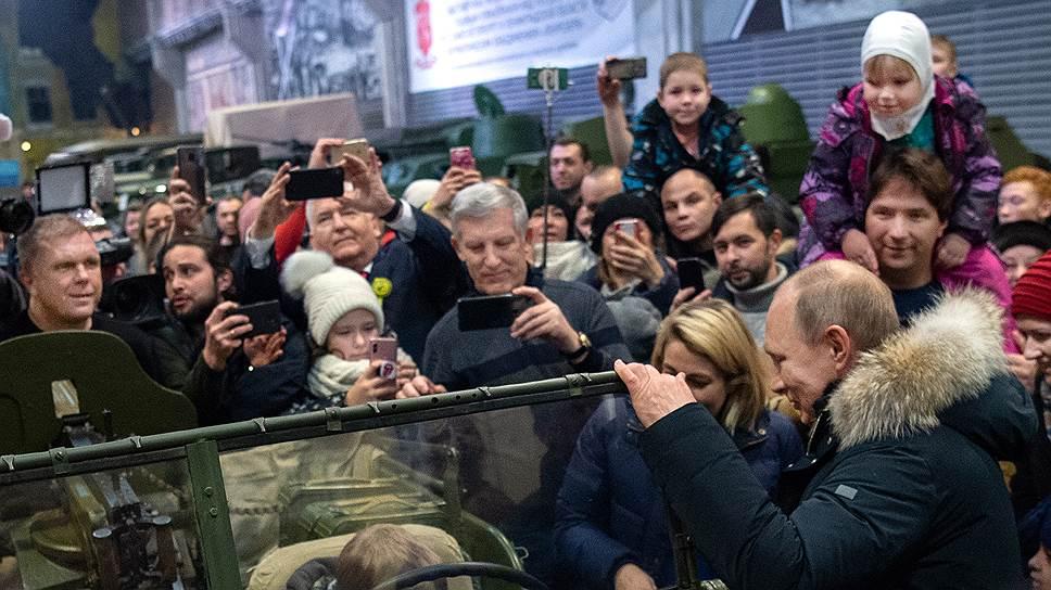Владимир Путин усадил двух мальчиков в машину с пулеметом, дал всем понять, что сам тоже сядет за руль, но в последний момент почему-то передумал