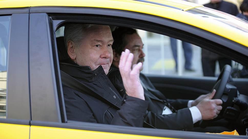 Сергей Собянин (на пассажирском сиденье) готовит водителям новые ограничения
