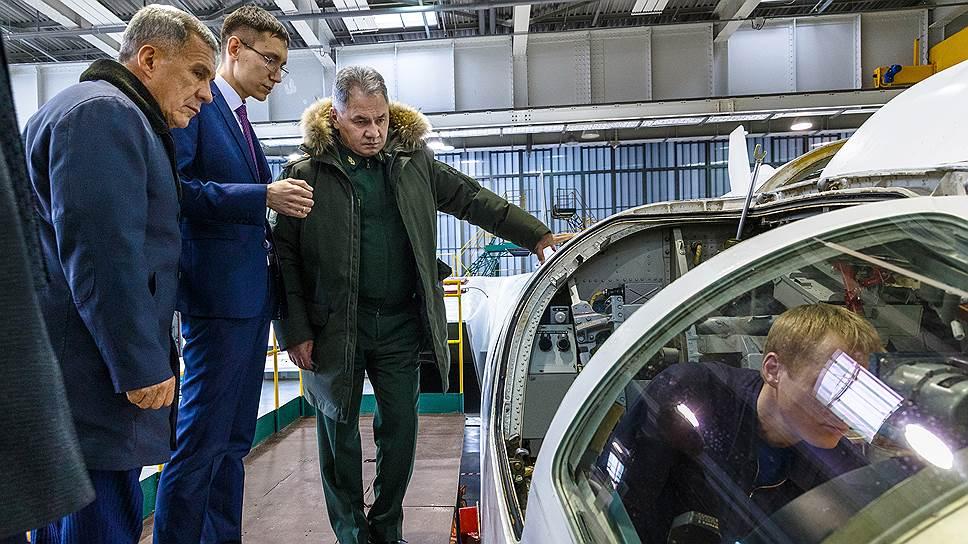 Президент Татарстана Рустам Минниханов (слева) и министр обороны России Сергей Шойгу (справа)