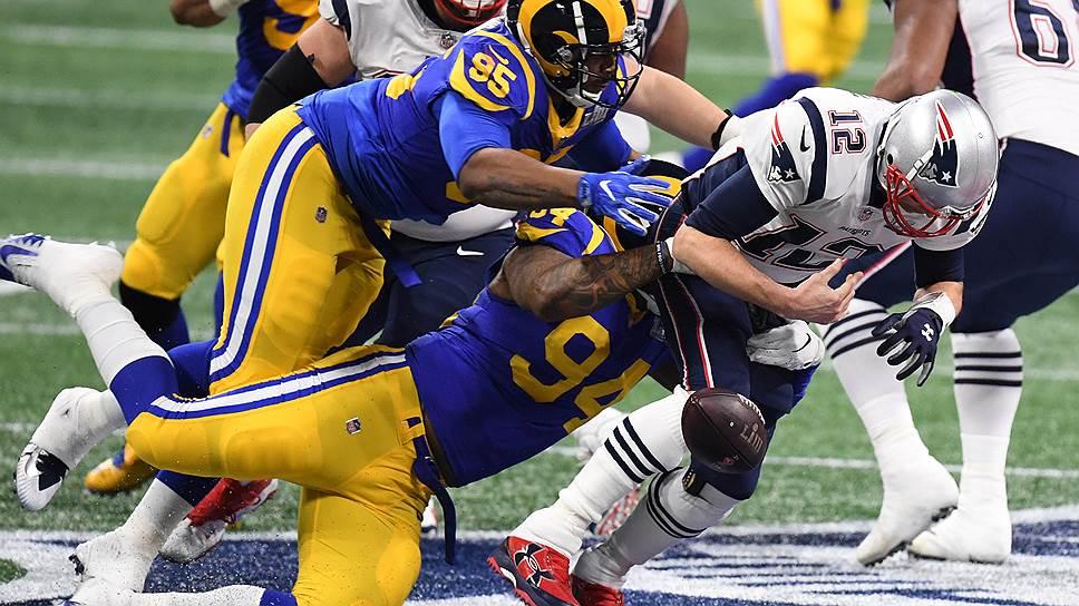 Квотербек «Нью-Ингленд Пэтриотс» Том Брейди (№12) стал единственным в истории шестикратным победителем Super Bowl