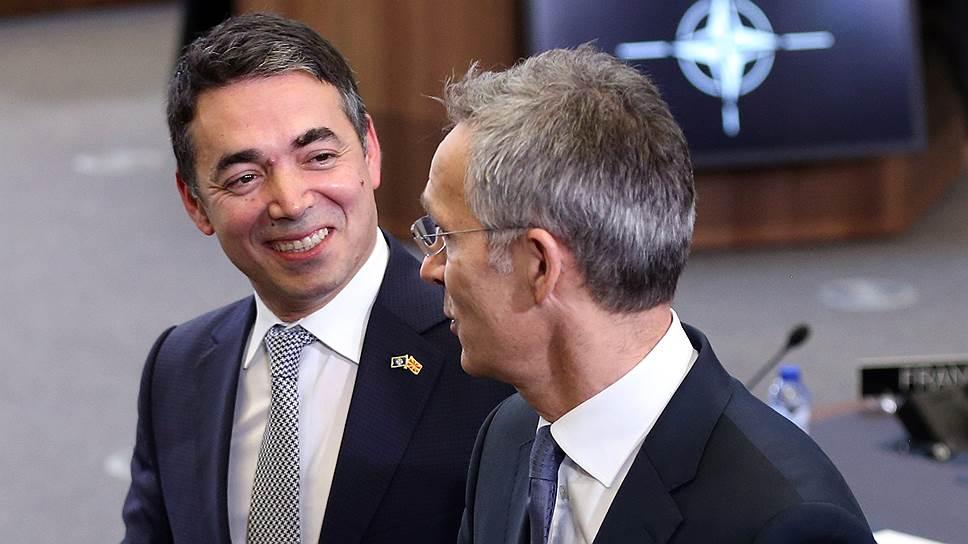 Генсек НАТО Йенс Столтенберг смотрит на главу македонского МИДа Николу Димитрова как на представителя страны, которая одной ногой уже в альянсе