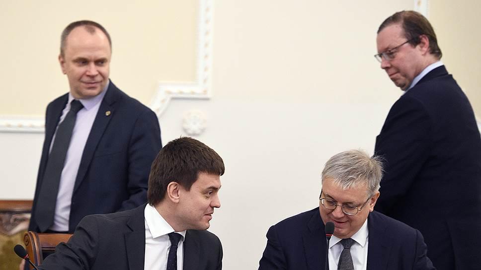 Глава Минобрнауки Михаил Котюков (сидит, слева) и ректор ВШЭ Ярослав Кузьминов договорились о проекции РАН в стены «Вышки»