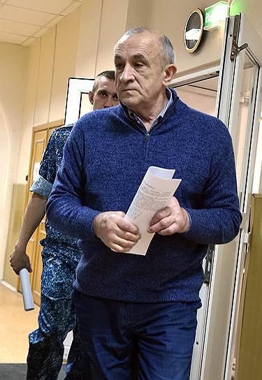По словам свидетеля, деньги для Александра Соловьева (справа) в столицу Удмуртии привозили на самолете