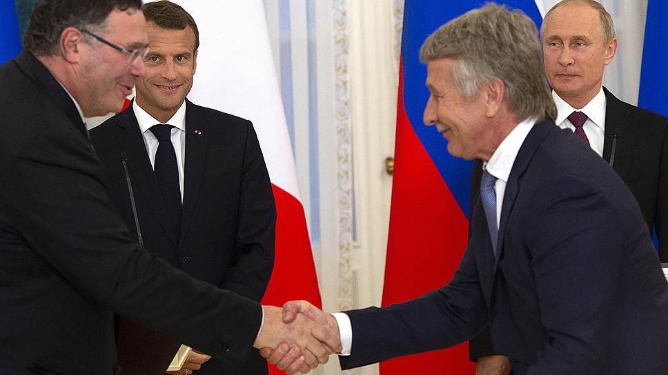 Хотя главы Total и НОВАТЭКа Патрик Пуянне (слева) и Леонид Михельсон подписали сделку в присутствии президентов России и Франции, чтобы закрыть ее, потребуется одобрение российского правительства