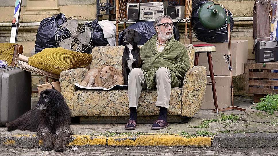 Отпетый художник Ренцо (Луис Брандони) не платит за квартиру и оказывается на улице