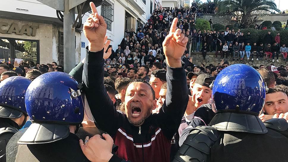С 22 февраля Алжир потрясают акции протеста против выдвижения 82-летнего главы государства Абдель-Азиза Бутефлики на пятый президентский срок