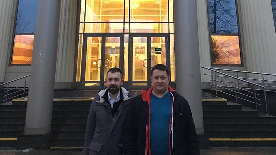 Дениса Набиуллина (слева) в суд привез конвой, а вышел он в сопровождении своего адвоката Федора Аксененко (справа)