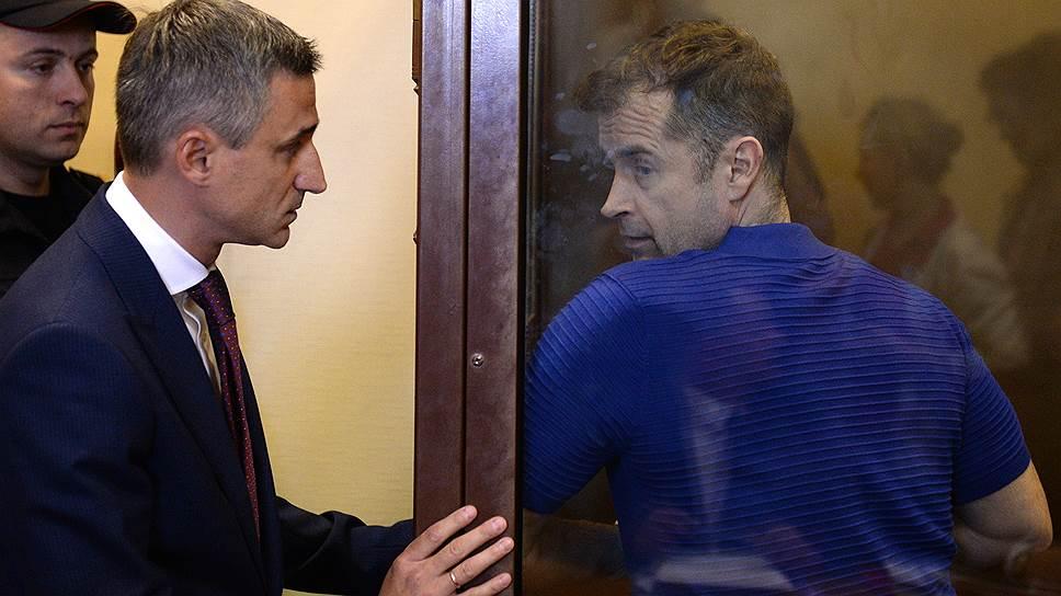 Бывшего предправления Нота-банка Дмитрия Ерохина (справа) прокуратура предложила приговорить к девяти годам колонии и штрафу
