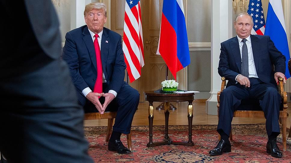 Американские демократы уверены, что на людях президент США Дональд Трамп ведет себя с Владимиром Путиным совсем не так, как наедине