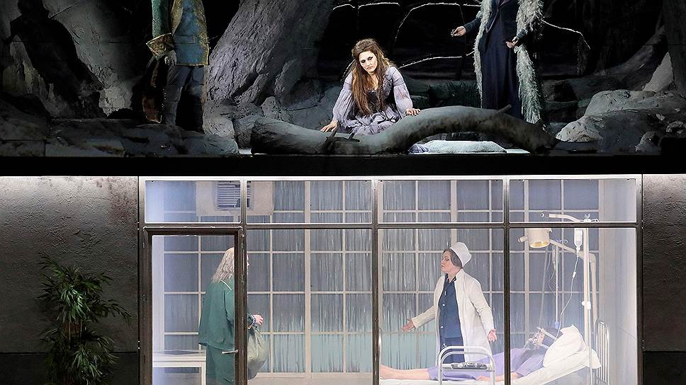 В финале оперы волшебная сказка и прагматичная современность оказываются на сцене одновременно