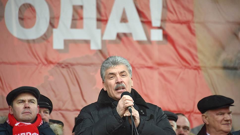 Бывший кандидат в президенты Павел Грудинин (в центре) получит доступ к новой трибуне
