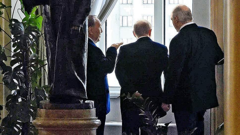 Нурсултан Назарбаев (слева) собственным примером демонстрирует коллегам (в центре президент РФ Владимир Путин, справа белорусский лидер Александр Лукашенко), с чего начинается транзит власти