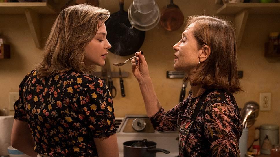 Загадочная Грета (Изабель Юппер) кормит свою молодую подругу (Хлоя Грейс Морец) сладкой иллюзией женской дружбы