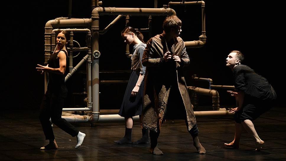 Клетка из водопроводных труб для персонажей «Грозы» служит домом, тюрьмой и сценой