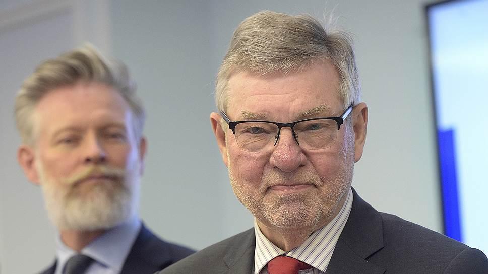 """Отвечая на вопросы """"Ъ"""", экс-министр обороны Швеции Бьорн фон Сюдов (справа) заявил, что главная причина, по которой его страна вынуждена укреплять свою обороноспособность,— это действия России в отношении других государств"""