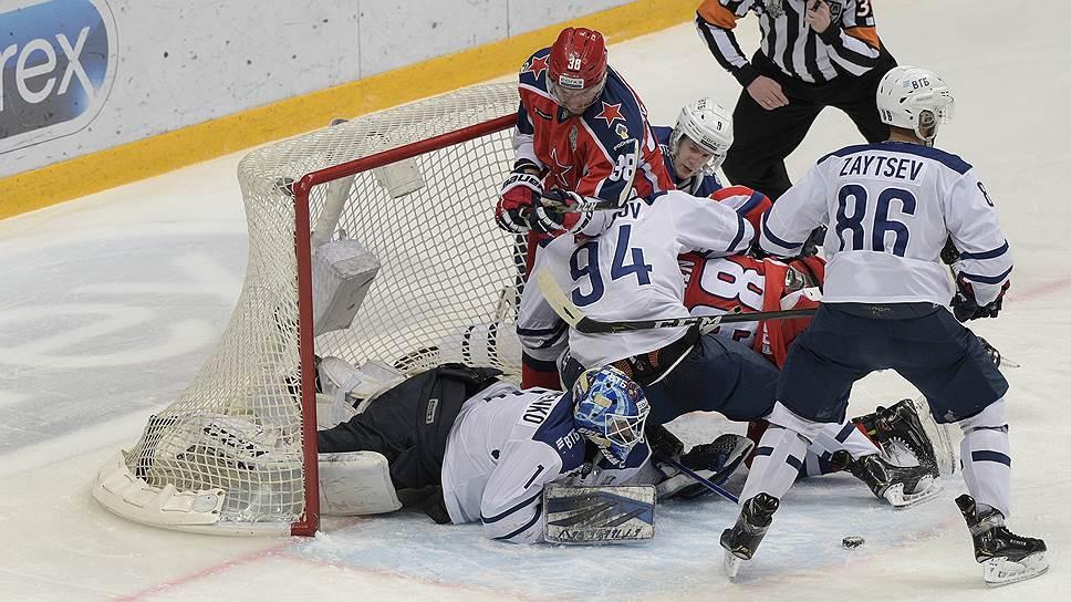 Хоккеисты ЦСКА (в красной форме) с большим трудом вырвали победу в пятом матче серии с «Динамо» и вышли в финал Западной конференции