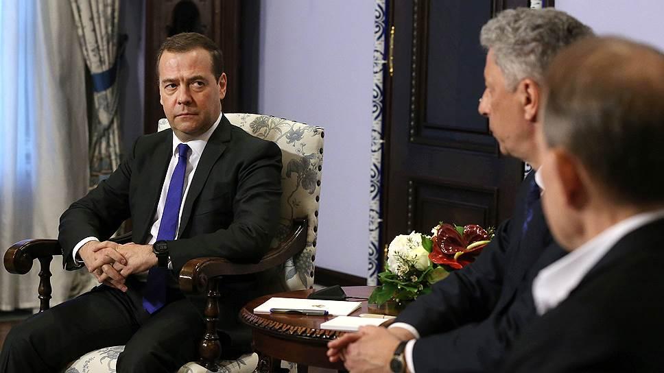 Премьер-министр РФ Дмитрий Медведев обсудил с украинскими гостями Юрием Бойко и Виктором Медведчуком «целый ряд вопросов, которые являются особенно актуальными» — в первую очередь вопрос о газе