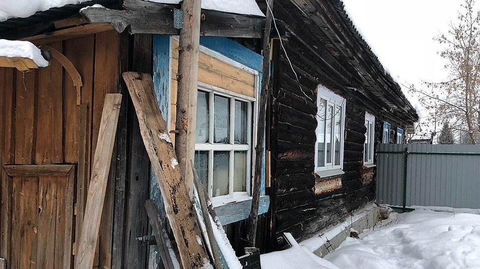 Половина деревянного дома, в которой живет Елизавета Михайлова