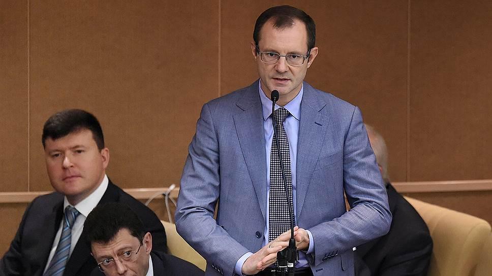 Заместители председателя Центрального банка России Дмитрий Скобелкин (второй слева) и Владимир Чистюхин (справа)