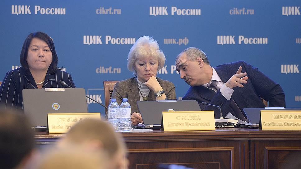Члены Центральной избирательной комиссии России Майя Гришина, Евгения Орлова и Сиябшах Шапиев во время заседания
