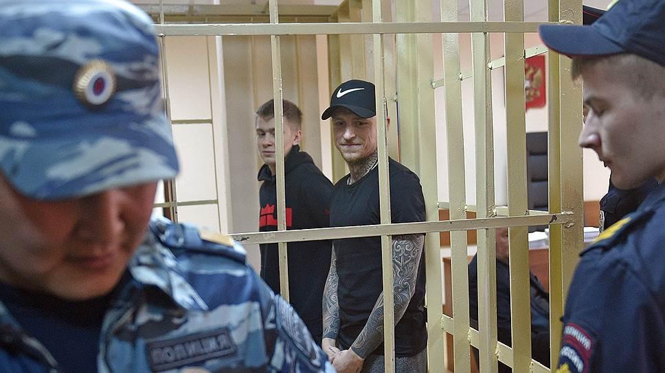 Футболист Павел Мамаев (второй справа) и брат футболиста Александра Кокорина Кирилл Кокорин (в центре)