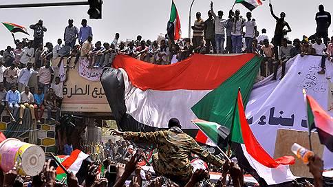 Армия Судана разгромила аль-Башира  / В один день страна лишилась конституции, правительства и парламента