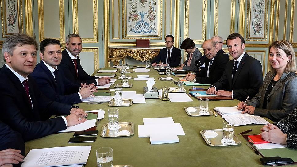 Кандидат в президенты Украины Владимир Зеленский (второй слева) на встрече с президентом Франции Эмманюэлем Макроном (второй справа)